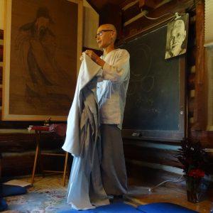 Sunim folding his robe between Confucius and Ramana